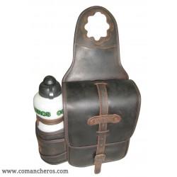 Einzelne Hornsatteltasche aus leder mit trinkflasche